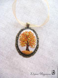 Кулон текстильный с вышивкой гладью Золотая осень – купить или заказать в интернет-магазине на Ярмарке Мастеров | Листья на деревьях уже почти облетели, но…