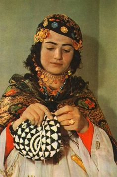 Kurdish, from Iraqi Kurdistan. Kurdistan, Jli Kurdi, Naher Osten, The Kurds, Folk Costume, World Cultures, Mother And Child, Traditional Dresses, Hand Knitting