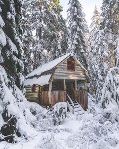 A little rustic cabin in the woods Snow Cabin, Winter Cabin, Cozy Cabin, Winter Snow, Grid Architecture, Studio Decor, Log Cabin Homes, Log Cabins, Little Cabin
