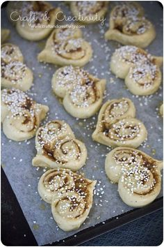I was looking for a good cinnamon bun recipe, and then I stumbled on to these lovely cinnamon hearts. Valentine coming up! (Swedish recipe so this is mainly inspiration for the heart shape) Swedish Recipes, Sweet Recipes, Cinnamon Bun Recipe, Cinnamon Rolls, Baking Recipes, Dessert Recipes, Pan Relleno, Delicious Desserts, Yummy Food