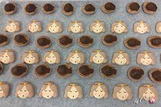 Macarons anges au chocolat, étape de production, remplissage avec la ganache. Macarons, Advent Calendar, Collections, Holiday Decor, Home Decor, Noel, Chocolates, Decoration Home, Room Decor