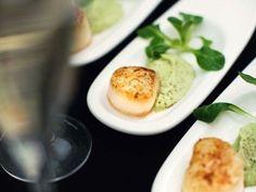 Recept på grillade pilgrimsmusslor på avokadokräm. Avokadokrämen tappar färg efter hand. Mixa den därför ca 1 timme före servering och förvara den övertäckt och kallt.