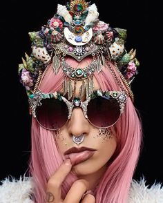<p>27 years-old Australian florist, Chelsea Shiels specialized in the creation of gorgeous flowery and mermaid hand made crowns. Instead of making them with flowers, she replaced them by shells and pe