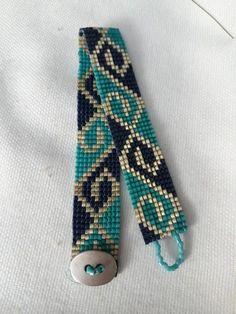 off loom beading Loom Bracelet Patterns, Beaded Necklace Patterns, Bead Loom Bracelets, Bead Loom Patterns, Weaving Patterns, Peyote Patterns, Beaded Hat Bands, Bead Loom Designs, Motifs Perler