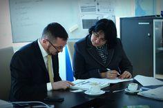 Azi dimineața am avut onoarea să ne întâlnim cu doamna Judea Maria, de la Rețeaua Națională de Dezvoltare Rurală (RNDR). Organizația caută firme interne startup, care au devenit de succes cu ajutorul finanțării Uniunii Europene, în scopul promoverii într-o revistă de profil. Firma noastră este una ditre beneficiarii acestui program prin derularea unui project de co-finanțare UE în 2010, pentru construirea și dotarea sediului Navigator Software.