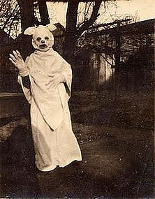 Vintage Halloween Costumes Hard to figure this one out. Are those bunny ears on a ghost? - Check out these 25 creepy, odd, and awesome vintage Halloween photos. Creepy Costumes, Vintage Halloween Photos, Creepy Halloween Costumes, Halloween Pictures, Halloween Outfits, Disney Halloween, Happy Halloween, Rabbit Halloween, Halloween Party