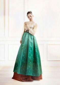 "Képtalálat a következőre: ""green hanbok"" Korean Traditional Dress, Traditional Fashion, Traditional Dresses, Korean Dress, Korean Outfits, Korean Clothes, Modern Hanbok, Oriental Dress, Vogue"