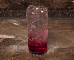 Foi em São Paulo que conheci este drink sem álcool. Ideal para mim, que ia de bar em bar com os amigos, sem ingerir bebidas alcoólicas. A execução é fácil, os ingredientes idem e o sabor, hummmmm… Uma delícia! Soda Italiana, Pint Glass, Food And Drink, Alcohol, Beer, Drinks, Tableware, Liquor Drinks, Raspberry Bush