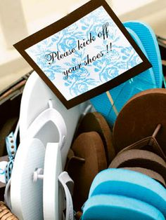 Tips for outdoor wedding favours - flip-flops, pashminas, sunglasses...