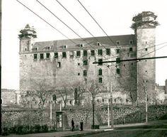 K najväčším pamiatkovým obnovám v bývalom Československu patrila rekonštrukcia Bratislavského hradu v roku 1961. Bratislava, Old City, Past, Louvre, Old Things, Times, Travel, Stew, Nostalgia