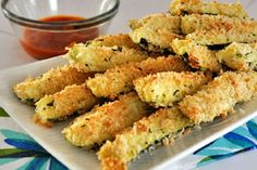 Crispy, oven-baked Zucchini Sticks coated in Parmesan and bread crumb mixture - perfect and healthy appetizer or snack. They are a great way to get your kids eat veggies. Healthy Food Blogs, Good Healthy Recipes, Vegetarian Recipes, Healthy Eating, Baked Zucchini Sticks, Bake Zucchini, Zucchini Parmesan, Fried Zucchini, Parmesan Crisps