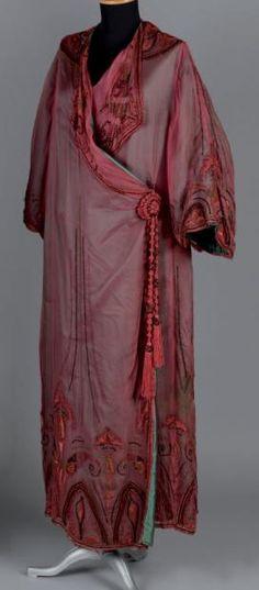 """* Manteau du soir, BABANI, vers 1910. Satin vert voilé de mousseline de soie changeante """"Gorge de Pigeon"""", broderie égyptienne sur l'ourlet et le revers des manches"""