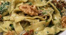 Składniki:   500 g piersi kurczaka  400 g makaronu tagliatelle  16 szt. suszonych pomidorów  4 ząbki czosnku  1 łyżka suszonego ore... Lidl, Feta, Spaghetti, Meals, Ethnic Recipes, Meal, Yemek, Noodle, Food