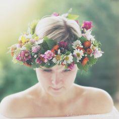Det er sommer, og for en nydelig tradisjon det er å binde en blomsterkrans. Det er enkelt som bare det! Alle vekstene i min krans er fra hagen – det er blomster, ugress, blader og strå – jeg tok helt enkelt det jeg fant. Slik går du frem Plukk eller kjøp det du vil ha...Continue