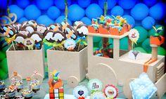 Petecas, peões e bolinhas de gude remetem à infância dos adultos, ao mesmo tempo em que criam um ambiente lúdico e colorido para a criançada