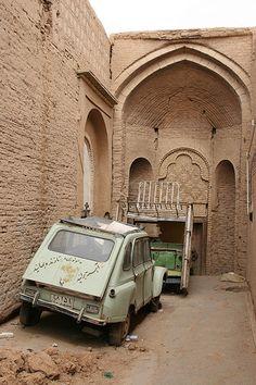 Saipa Jyane, Iran (Jyane heißt Löwe, unsere Citroen Acadiane) Persian Architecture, Beautiful Architecture, Architecture Art, Iran Pictures, Old Pictures, Islamic City, Iran Tourism, Persian People, Asian House