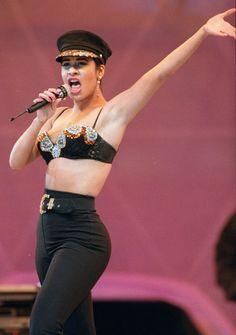 Vestida con tops que recordaban el estilo atrevido de Madonna en aquella época y con canciones típicamente tejanas pero adaptadas al público de cada zona, el éxito de Selena creció sin parar.