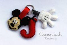 Llavero de Mickey con letra y guante en fieltro.