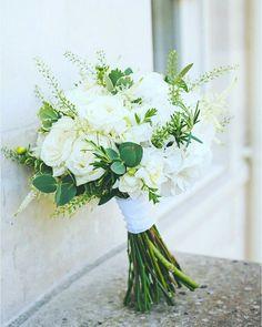100 Beautiful White and Green Wedding Bouquet Ideas - Beauty of Wedding - Hochzeitsblumen Prom Bouquet, Bridesmaid Bouquet White, White Wedding Bouquets, Bride Bouquets, Green Wedding, Floral Wedding, Wedding White, Green And White Wedding Flowers, Carnation Bouquet