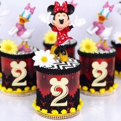 """A Fada Madrinha on Instagram: """"🌼Pringles Cenário de Luxo tema Minnie Vintage! Quem ama temas antiguinhos e tradicionais com muito Luxo e glamour? 🌼📞Orçamentos: 031…"""" Kids Birthday Themes, Minnie Birthday, Minnie Mouse Party, Mouse Parties, Mickey Mouse, Birthday Cake, Mickey E Minie, Pringles Can, Baby Shower Princess"""