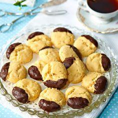 Chokladdoppade drömmar smakar ljuvligt. Swedish Cookies, Sweet Cookies, Bagan, Cookie Recipes, Dessert Recipes, Desserts, Bun Recipe, Swedish Recipes, Sweet And Salty