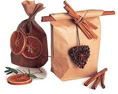 Décorations et guirlandes à base de fruits.
