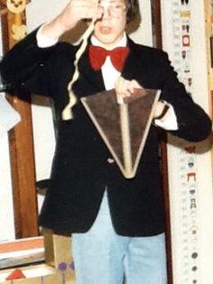 Een lint laten verdwijnen  met behulp van een attribuut dat bekend staat als de Lewis cone is voor een jonge goochelaar heel gemakkelijk.
