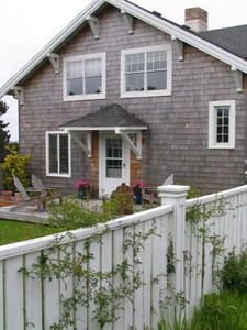 Seaside, OR: Nantucket on the Oregon Gearhart Escape of old style New England. This four bedroom 2 1/2 bath located next to the oldest golf course West of the Miss...