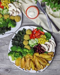 Thiswas our dinner tonight! Crispy oil-free potato wedges, steamed and raw spinach, steamed broccoli, falafel, bell pepper, kidney beans, sweet corn and mushrooms. The dip was made of soy yogurt with garlic, parsley and mint. #vegan#vegandeutschland#vegan