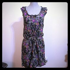 Old Navy flower cotton dress Center is string to pull and tie at waist Great quality, slip underneath Soft material Very flattering shape Boi stains, no damage Old Navy Dresses