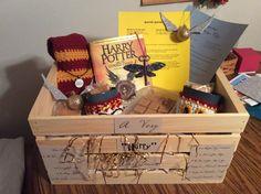 Harry Potter themed Silent auction basket for bank, final product - Modern Harry Potter Themed Gifts, Harry Potter Decor, Harry Potter Birthday, Themed Gift Baskets, Raffle Baskets, Easter Gift Baskets, Harry Potter Cursed Child, Halloween Baskets, Harry Potter Printables