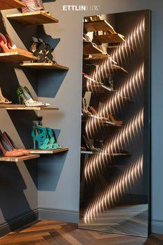 Ambiloom® Mirror 1700 ist ein moderner Ganzkörperspiegel mit ambienter Beleuchtung. Aus der Verschmelzung von Licht und Textil entstehen unvergleichliche Lichteffekte in der Spiegelung. Das verleiht dem Design Spiegel weitaus mehr als elegante Funktionalität. Er ist ein Stück Wandkunst, das die Wahrnehmung des Betrachters weckt. Shelves, Mirror, Loft, Design, Home Decor, Indirect Lighting, Modern Full Length Mirrors, Interior, Light Fixtures