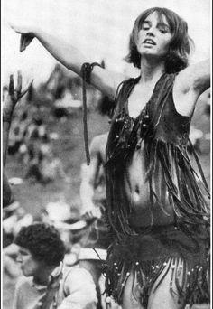 Franjas e missangas foram recorrentes no street style do Woodstock em 1969, bem como uma atitude livre por parte dos jovens que pedem paz e amor. Jovens esses que fizeram manifestações como o Maio de 68 para se fazerem ouvir e lutarem por um mundo melhor e com mais igualdade social.