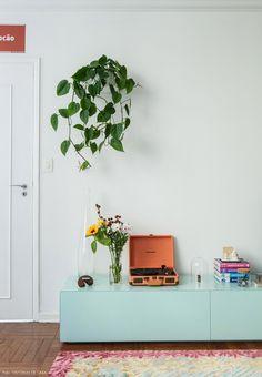 Conheça um apartamento cuja decoração mudou completamente depois que a moradora fez uma pintura criativa e cor-de-rosa nas paredes.