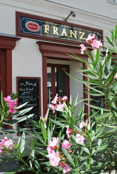 Franz (c) Marlene Mautner stadtbekannt. Online Magazine, Heart Of Europe, Austria, Travel Destinations, Outdoor Decor, Restaurants, Vienna, Beer, City