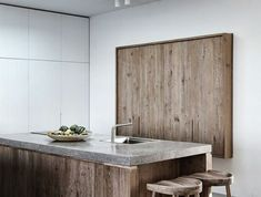 cuisine-moderne-beton-decoratif-plan-de-travail-béton-cire-meubles-en-bois-foncé-plafond-blanc