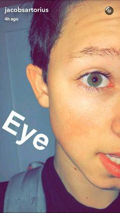 His eyes r like the ocean
