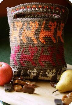 stitchinkitchen:  mirigurumi:  Tapestry Crochet Kitty Bag - Free Pattern by Carol Ventura.   Omg I love this!