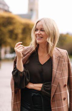 """Ebba Kleberg von Sydow on Instagram: """"@ericamonteiro och jag bjuder på busenkla knep, och grundar med hudvården som fixar glow 👉🏻 Spana in! 🥳"""" Beige Blazer, Tips, Clothes, Instagram, Fashion, Beige Blazer Mens, Outfits, Moda, Clothing"""