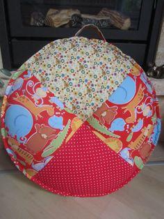 LEDÍK - Kačenka ušila sedák pro malou Máju k svátku. Prošitý je kolem a na středu, a naditější. Taky je to moc pěkné.