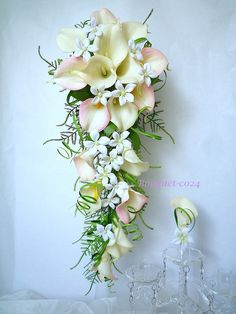 Bouquet de mariée cascade arum calla blanc jasmin blanc fleur artificielle et la boutonnière (réf,bouquet-c024) : Autres accessoires par fleur-angelique Cascading Wedding Bouquets, Cascade Bouquet, Bride Bouquets, Floral Bouquets, Yellow White Wedding, White Wedding Flowers, Bridal Flowers, Wedding Colors, Banquet Decorations