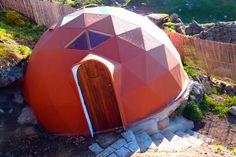 Cada vez es más normal encontrarse con algún tipo de construcción geodésica, ya sea una vivienda, un templo, un invernadero, una sala de yoga, un observatorio astronómico... El domo es una de las e...