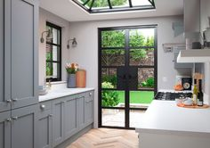 Small kitchen design can represent a real challenge. Here's 15 small kitchen design ideas to help you maximise space and functionality in a small kitchen. Grey Shaker Kitchen, Shaker Style Kitchens, Grey Kitchens, Modern Kitchens, Layout Design, Küchen Design, House Design, Interior Design, Design Ideas