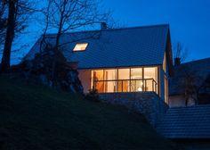 Skupaj Arhitekti Wzory alpejskiej Village domu z nowoczesnymi akcentami w Słowenii