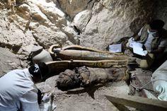 Encuentran ocho momias y 1.000 ushebtis en una tumba en Luxor