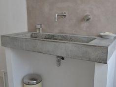 Wasbak van beton met achterwand van beton cire.