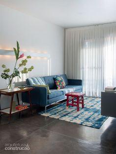 Chão de cimento queimado.  Prateleira com iluminação. Apartamento pequeno: só 36 m². Espaço de sobra para quem mora só! - Casa