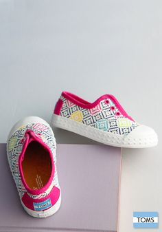 Let your little one show off their unique sense of style with a fun pair of Tiny TOMS.