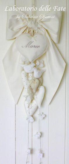 Ecco un candido Fiocco Nascita in stile Shabby. Il bianco Naturale si sposa perfettamente con la tener...