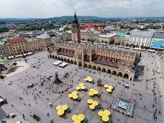 El Rynek Glówny de Cracovia es lo que se conoce como LA PLAZA DEL MERCADO. Está rodeado por palacios, edificios de los antiguos burgueses,  restaurantes y cafeterías.